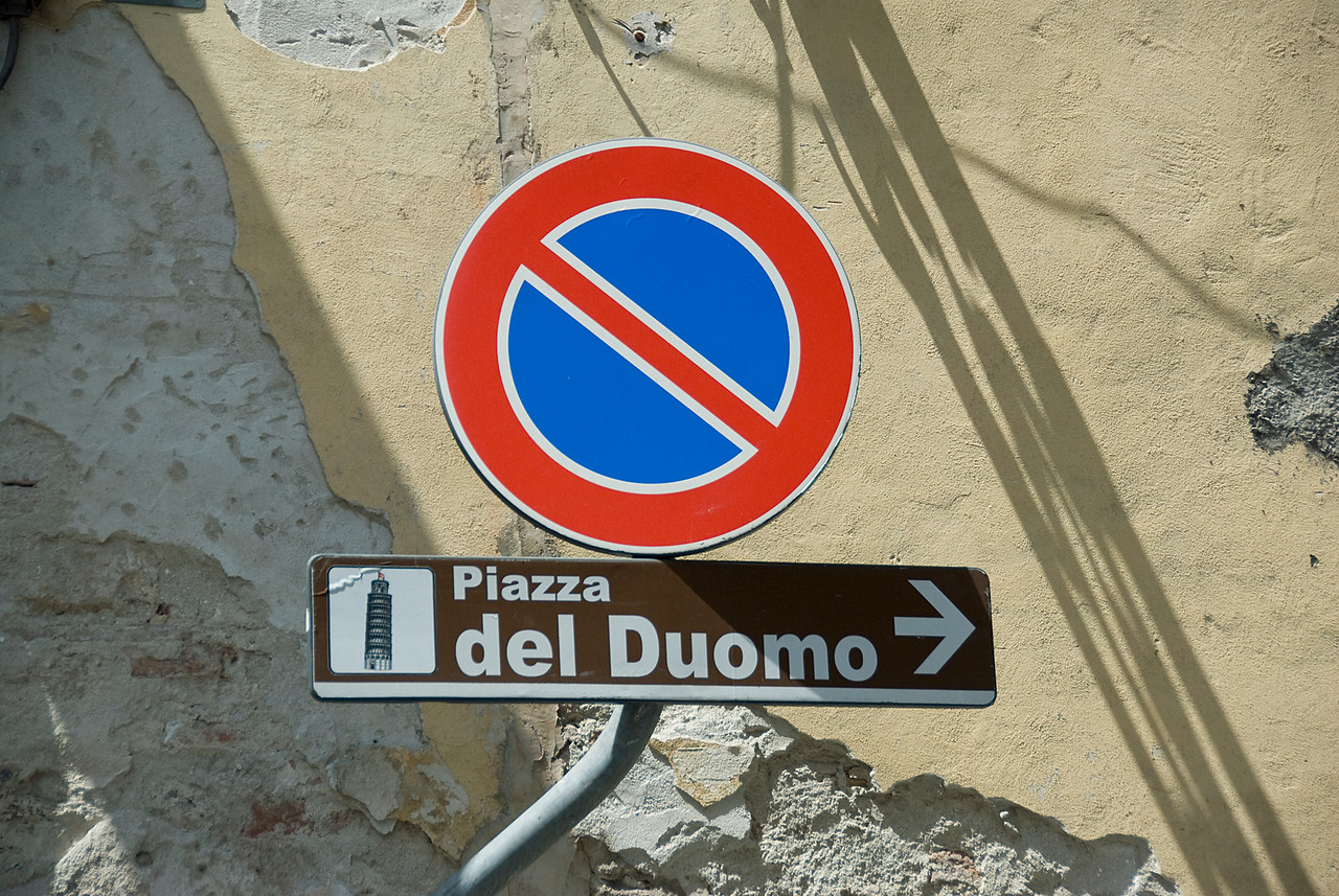 Sign showing the way to Piazza del Duomo - Pisa, Italy
