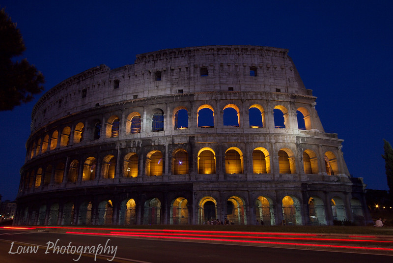 "<a target=""NEWWIN"" href=""http://en.wikipedia.org/wiki/Colosseum"">Colosseum</a> at dusk, Roma"