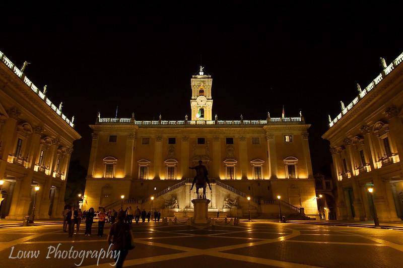 """<a target=""""NEWWIN"""" href=""""http://en.wikipedia.org/wiki/Piazza_del_Campidoglio#Michelangelo"""">Piazza del Campidoglio</a> at night, Roma."""