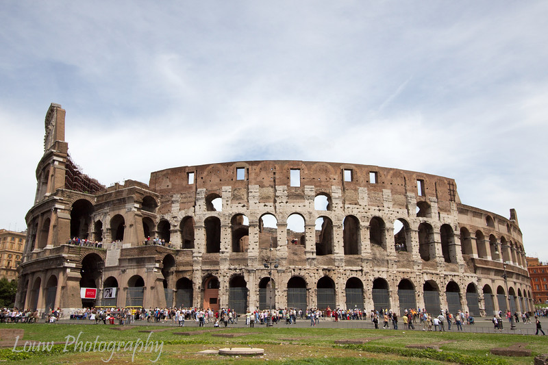 "South side of the <a target=""NEWWIN"" href=""http://en.wikipedia.org/wiki/Colosseum"">Colosseum</a>, Roma"