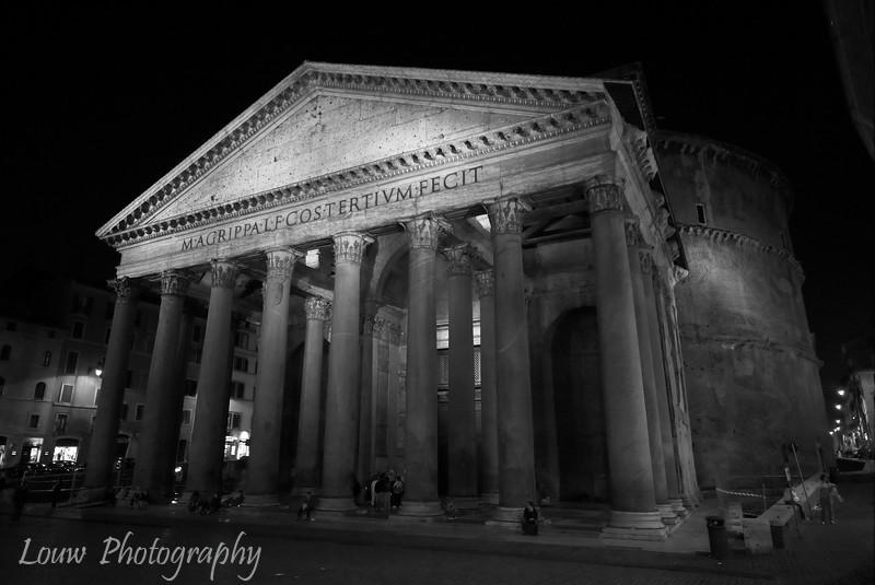 "<a target=""NEWWIN"" href=""http://en.wikipedia.org/wiki/Pantheon%2C_Rome"">Pantheon</a> at night, Roma"