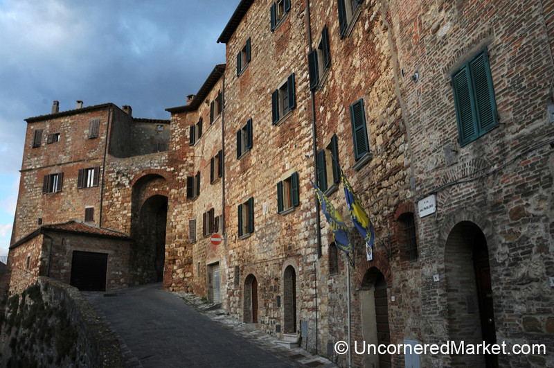 Walking the Outer Edge of Montepulciano - Tuscany, Italy