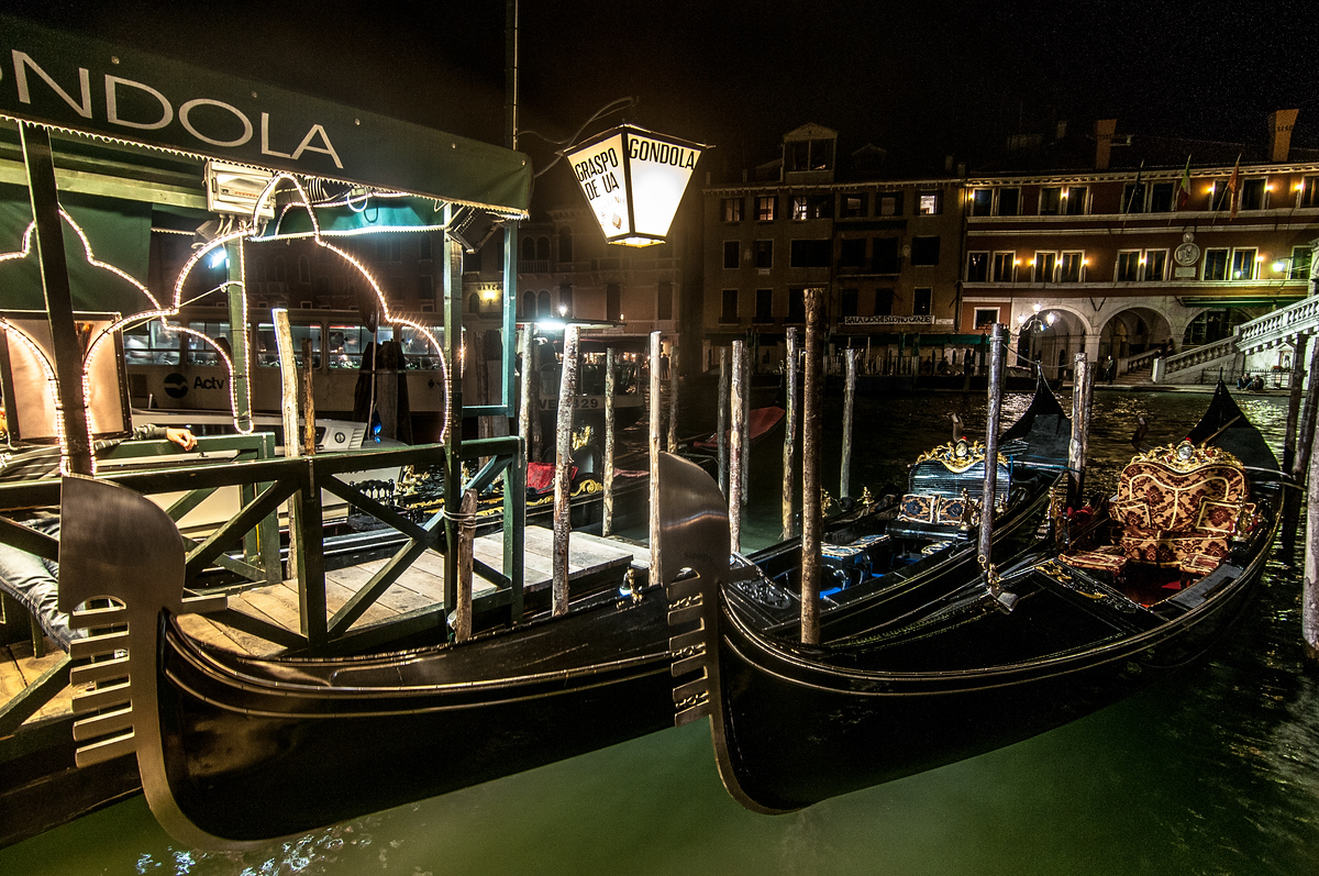 Gondolas at the Ponte di Rialto in Venice, Italy