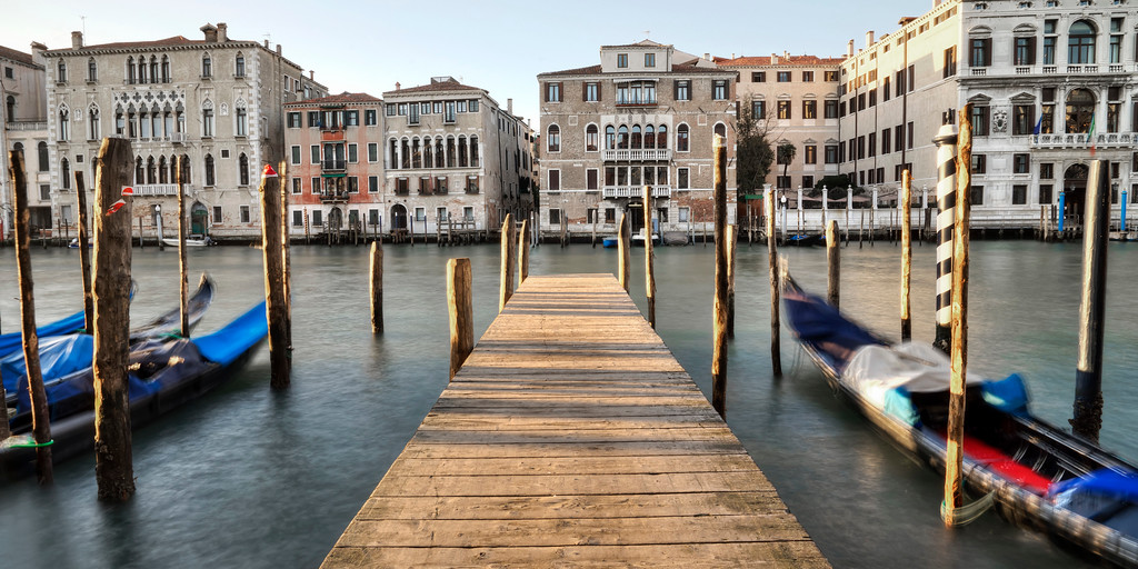 gondolas-on-the-grand-canal-vencie-motion-blur