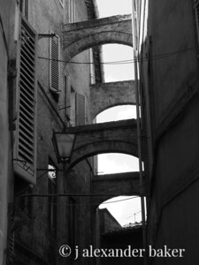Buttresses between buildings - Siena