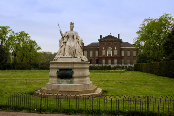 Queen Elizabeth statue, Kensington Palace, London, England
