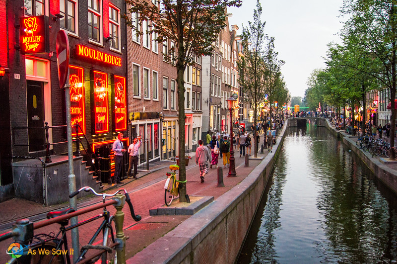Moulin Rouge et trottoir dans le quartier rouge, Amsterdam