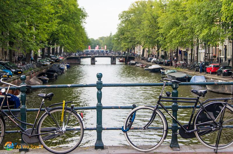 Vélos contre le pluie sur un pont d'Amsterdam