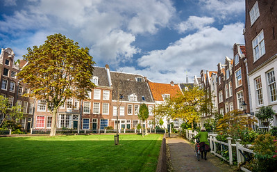 Touching life scene at so the stunning and peaceful Begijnhof (Amsterdam's oldest courtyard).
