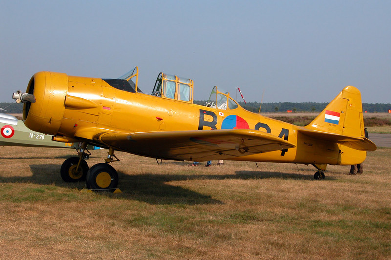PH-LSK (B-64) Noorduyn AT-16 Harvard IIb c/n 14-641 Leopoldsburg/EBLE 11-08-03