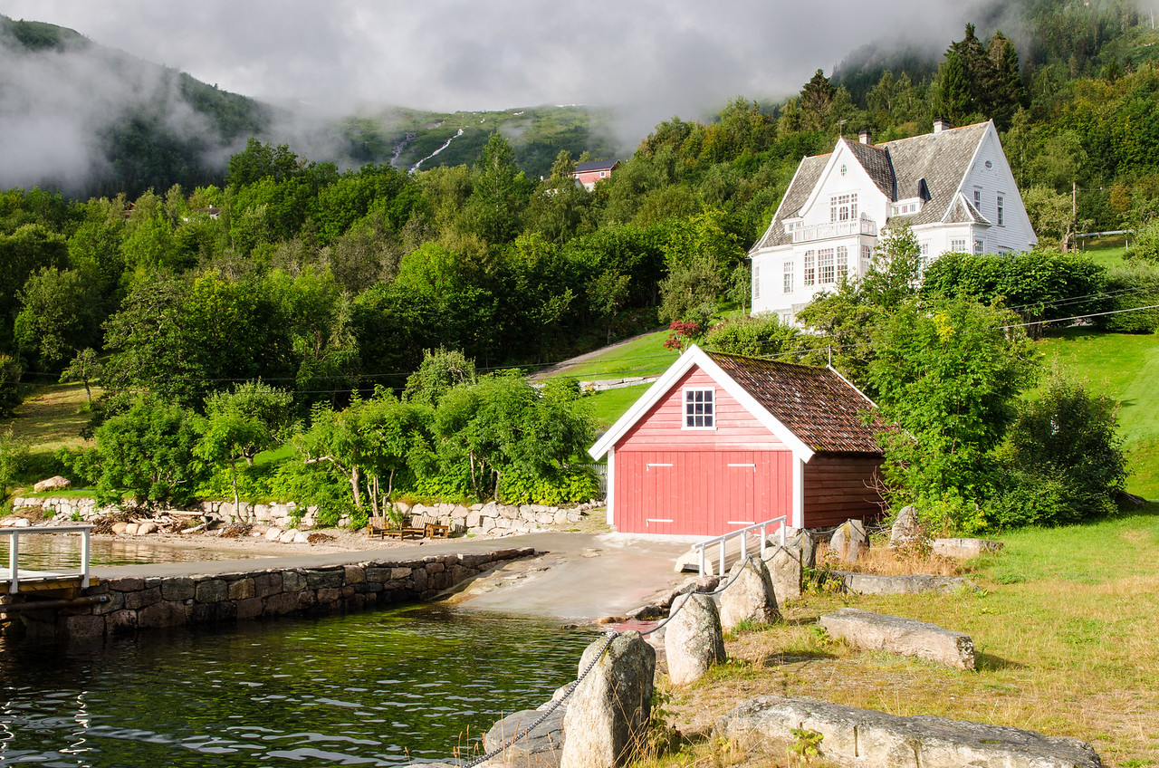 A boathouse and house in Balestrand.