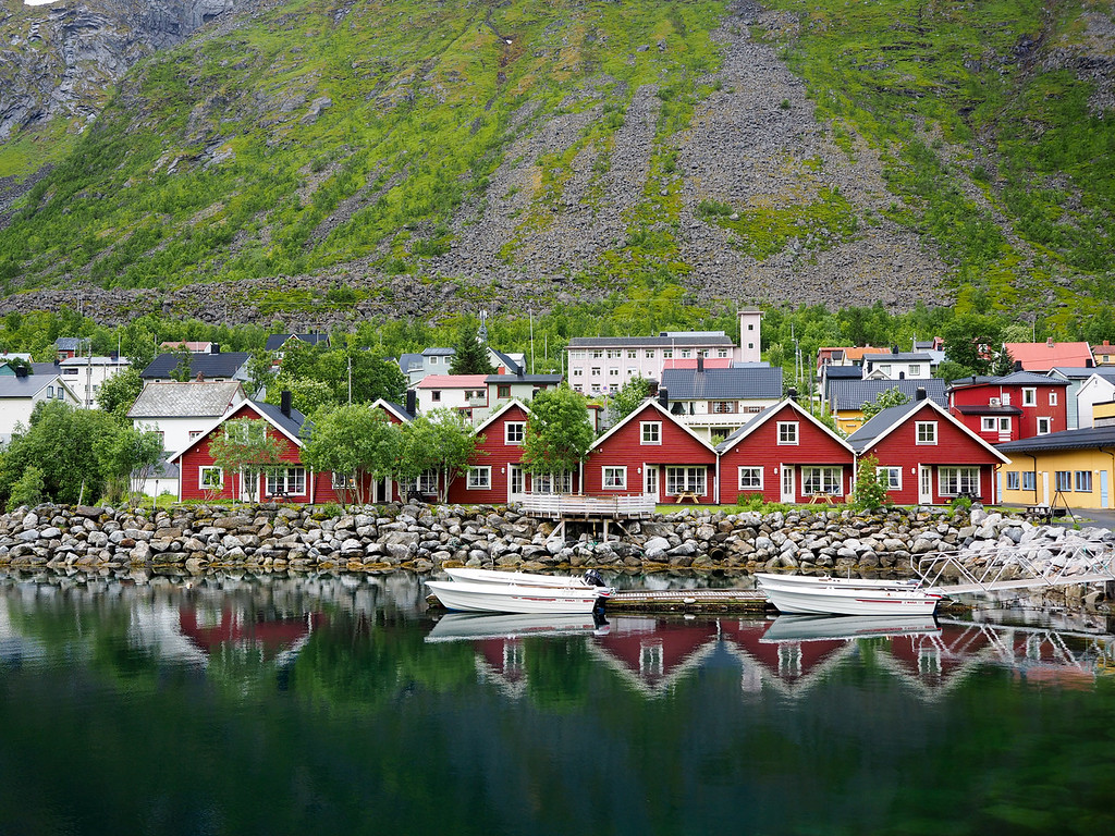 Red cabins in Gryllefjord