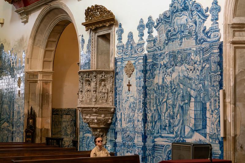 Woman and tile detail in the Church of Santa Cruz.