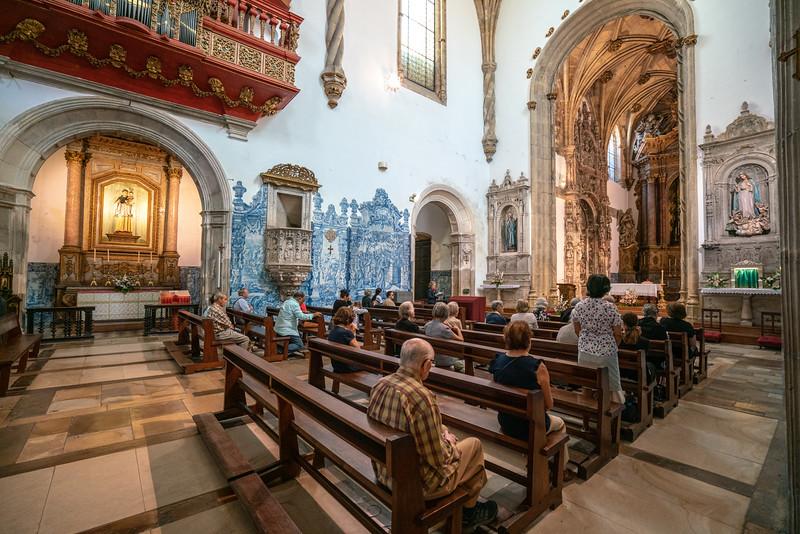Worshipers in the Igreja de Santa Cruz.