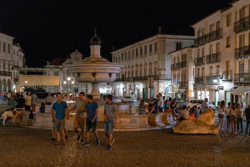 People enjoying the evening on Praça do Giraldo.