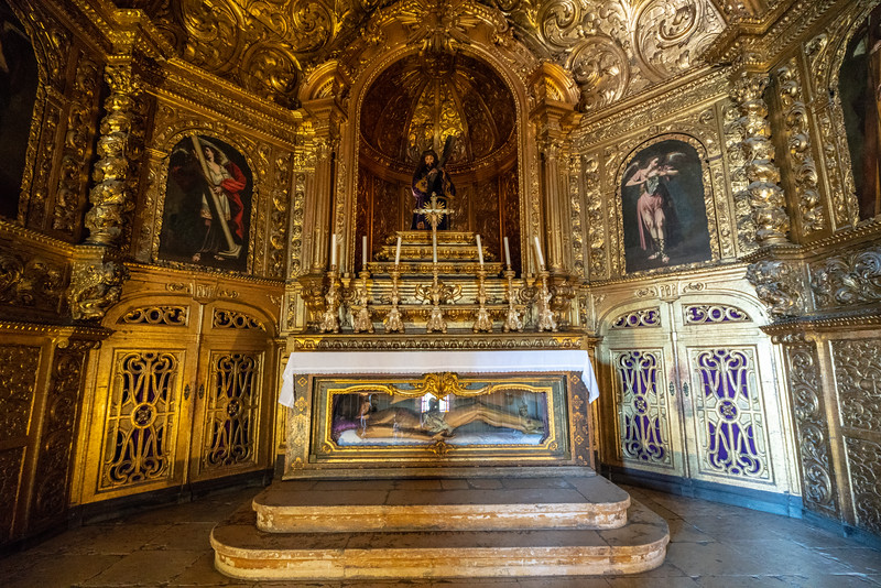 The ancient Saint Anthony chapel in the manueline style was panelled in guilded woodcarving in the 17th century when the Senhor dos Passos brotherhood was founded.