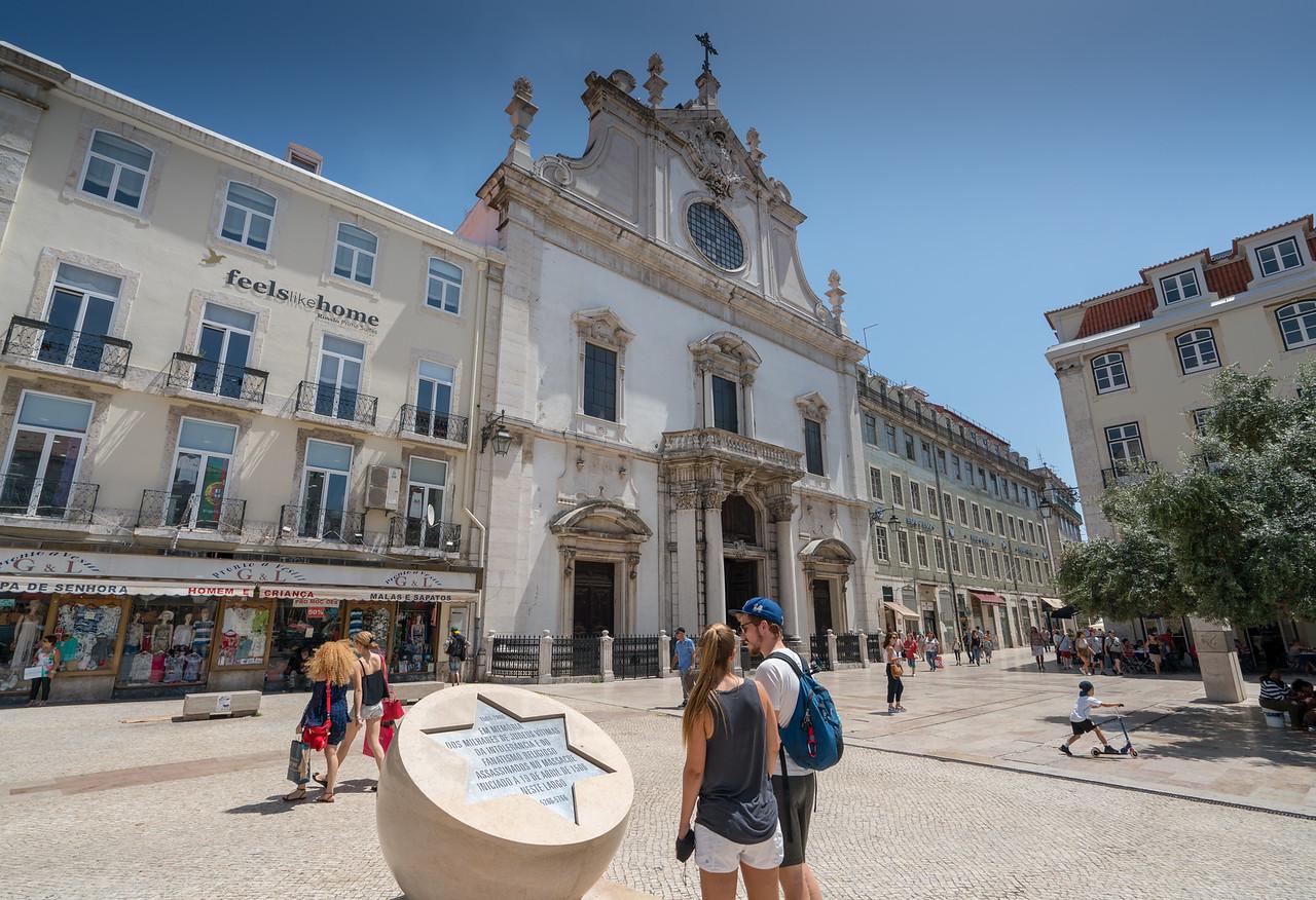 A monument to the 1506 Jewish Massacre in front of Igreja de São Domingos.