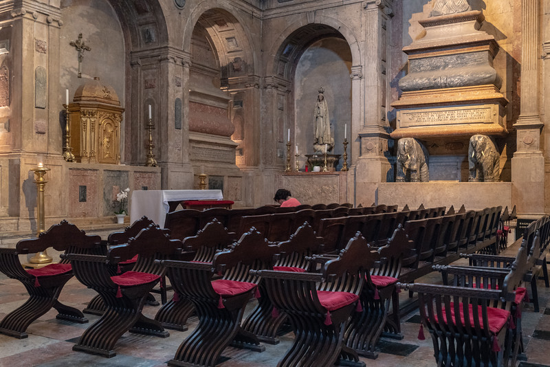 """The main chapel and one of the Royal Tombs or """"Elephant Tombs"""" at Jerónimos Monastery."""