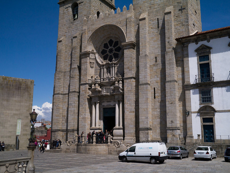 Crashing a wedding at Porto Cathedral