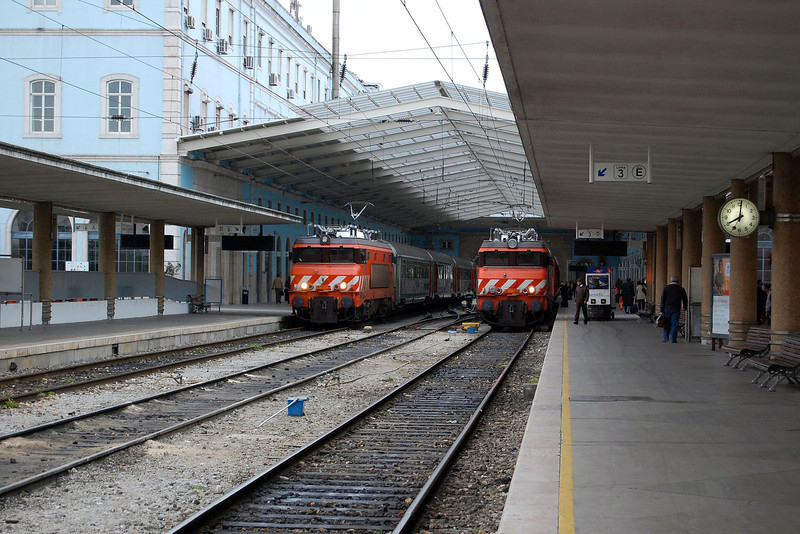 A pair of 2600 electrics at Lisboa Santa Apolonia.