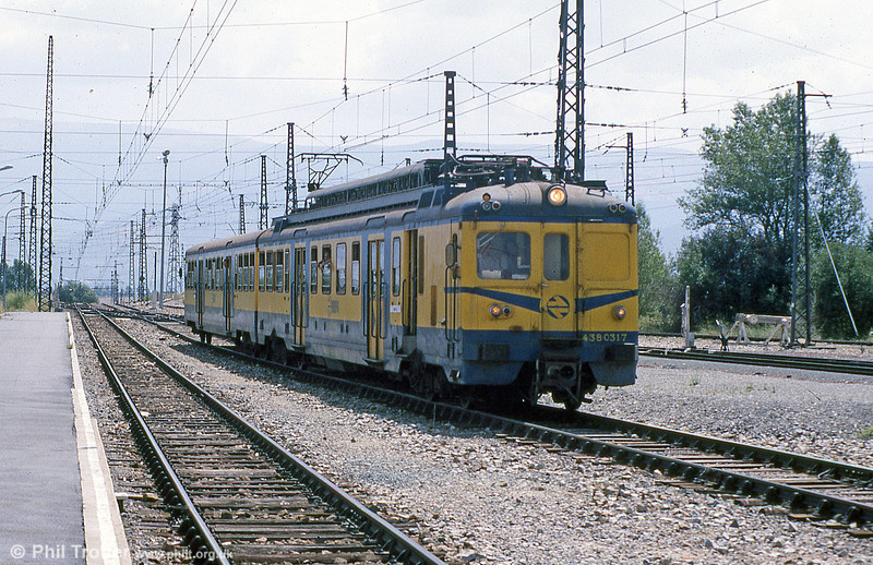 RENFE emu 438 031 rolling into La Tour de Carol (F) with a stopping service from the Barcelona direction. This station is remembered for its large population of lizards, amongst other things. August 1988.