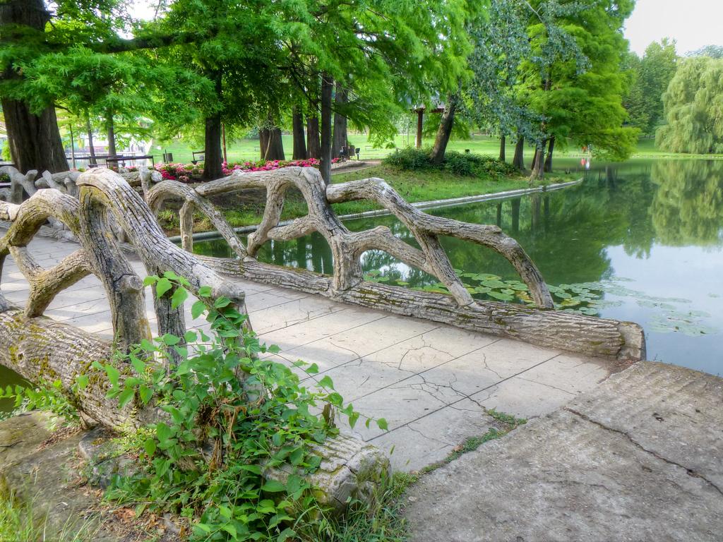 romanescu park craiova romania