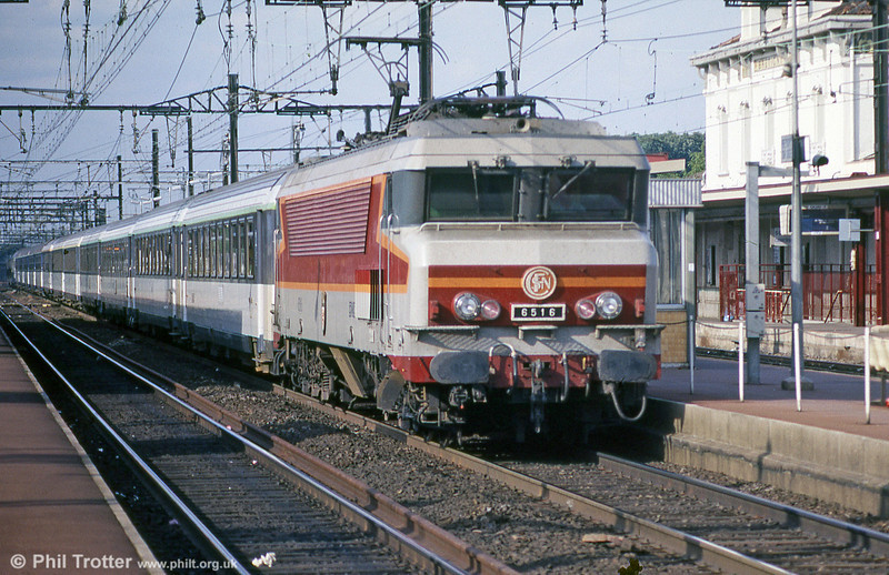 CC 6516 'Chatellerault' in full flight at Bretigny sur Orge during August 1988. These superb locomotives featured on fast, heavy international trains - between 1969 and 1976 a total of 74 were built, with the last of this class taken out of service in 2007.