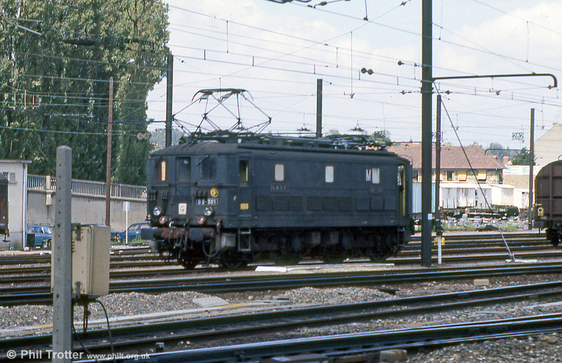 The BB 300 class was ordered by PO-Midi but delivered to SNCF in 1938-39. Class leader BB 301 is seen on station pilot duties in Paris Sud Ouest in 1988.