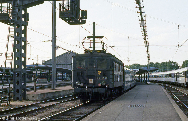 BB 4759 shunts RENFE Talgo stock at Paris Austerlitz on an evening in August 1988. The BB 4700s were a class rebuilt from BB 4200s in 1975-80, although they originally date from 1933-35.