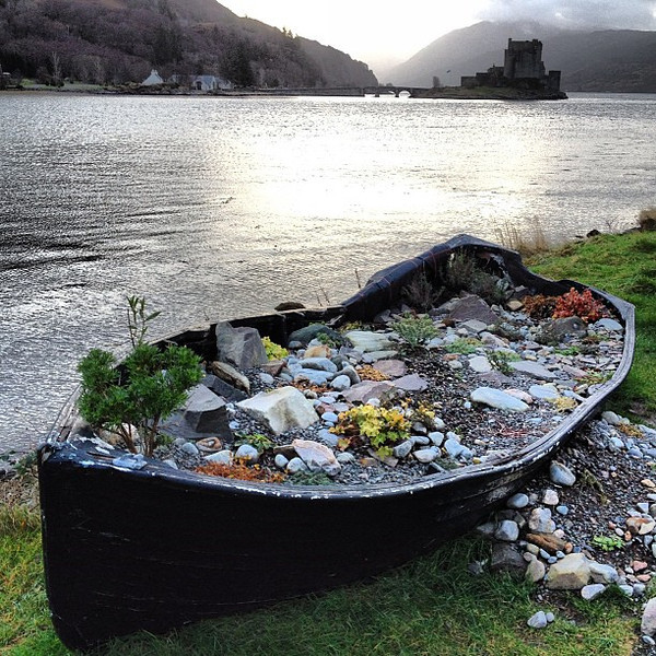 Marooned. A wee boat with a castle view, #Scotland #blogmanay