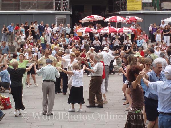 Dancing the Sardana