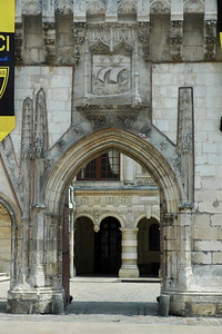 The town hall (hôtel de ville)