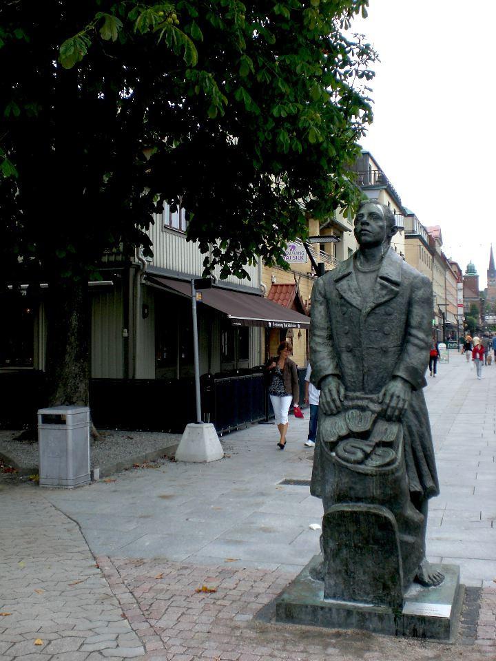 knallen statue arvid knoppel boras sweden