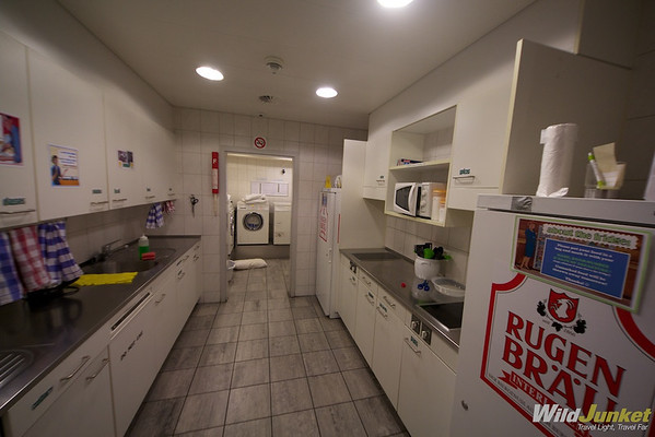 The kitchen and laundry room at Hotel Glocke Backpackers