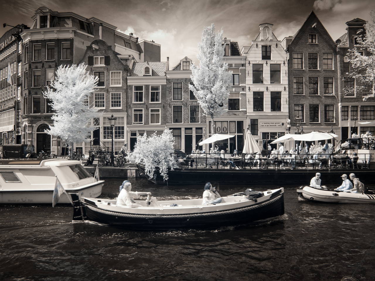 Boat traffic and canal houses on Prinsengracht.