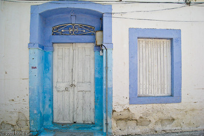 Lavender and blue are colors often found on door and window trims in Alaçatı.