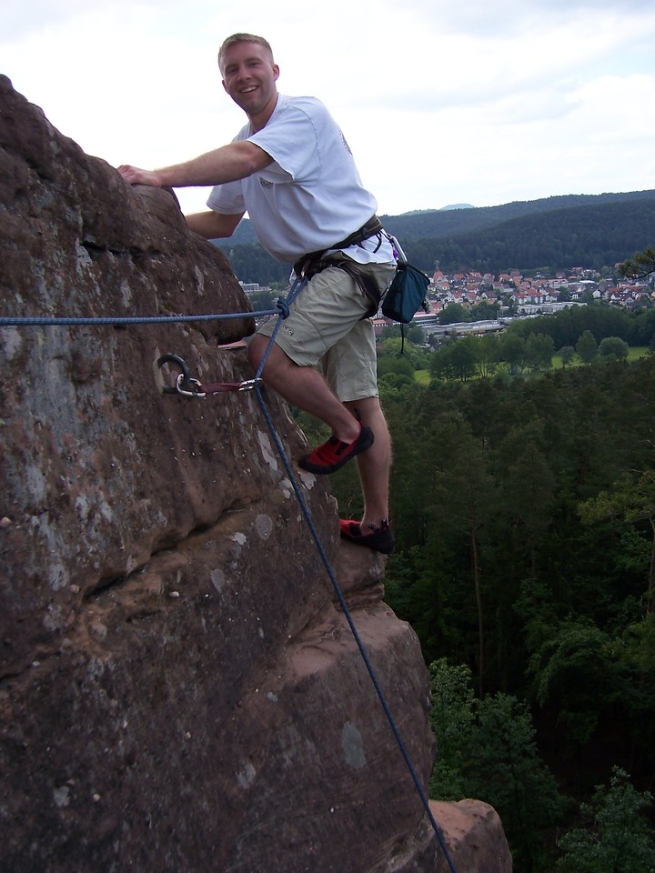 The last move to the summit, with the city of Dahn in the background.