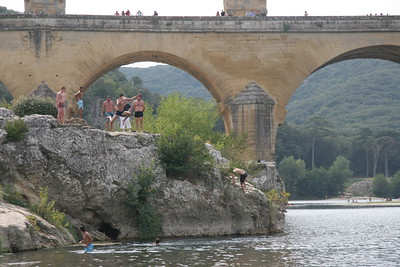 Cliff jumpers at Pont du Gard