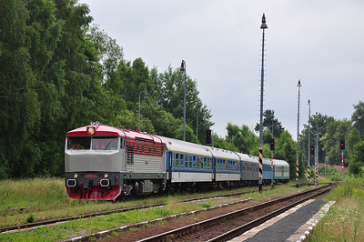 749240 shunts at Krásná Lípa and prepares to drop off two support coaches (05.07.2013)