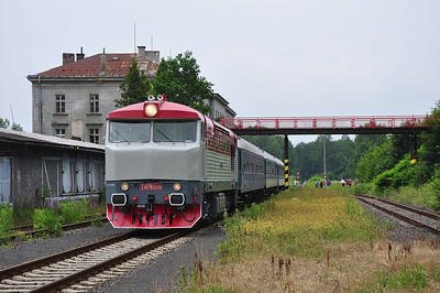 749240 stands at Dolní Poustevna and prepares to depart as Os26041 with 810165 attached to the rear  (05.07.2013)