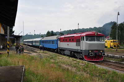 749240 stands at Rybniště and prepares to depart towards Liberec (05.07.2013)
