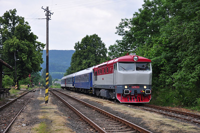 749240 pauses at Nové Město pod Smrkem whilst waiting to cross a service train from Jindřichovice pod Smrkem (05.07.2013)