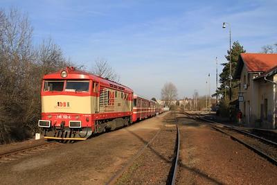 749 162 pauses at Kralupy nad Vltavou předměsti with R20306, 16.15 Kralupy nad Vltavou předměsti - Velvary (09.03.2015).