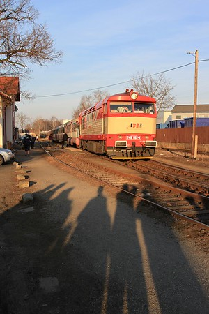 749 162 in the late afternoon sun on R85921, 17.05 Velvary - Kralupy nad Vltavou předměsti with a gaggle of fotters eating up memory cards like there was no tomorrow (09.03.2015).