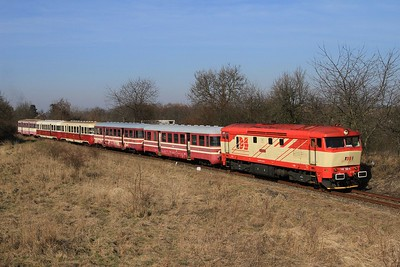 749 162 just after leaving Zlonice with R112381, 10.10 Zlonice - Straškov (09.03.2015).