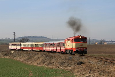 The driver was getting the hang of what was expected. 749 162 between Tmáň and Kmetinĕves with R112381, 10.10 Zlonice - Straškov (09.03.2015).