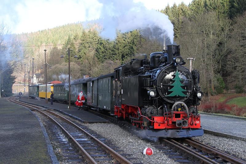 99 1715 complete with Santa stands at Schmalzgrube with 13:00 Steinbach - Jöhstadt (20.12.2015).