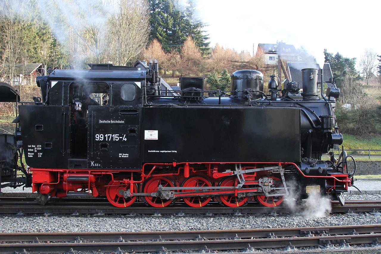 99 1715 stands at Schmalzgrube with 13:00 Steinbach - Jöhstadt (20.12.2015).