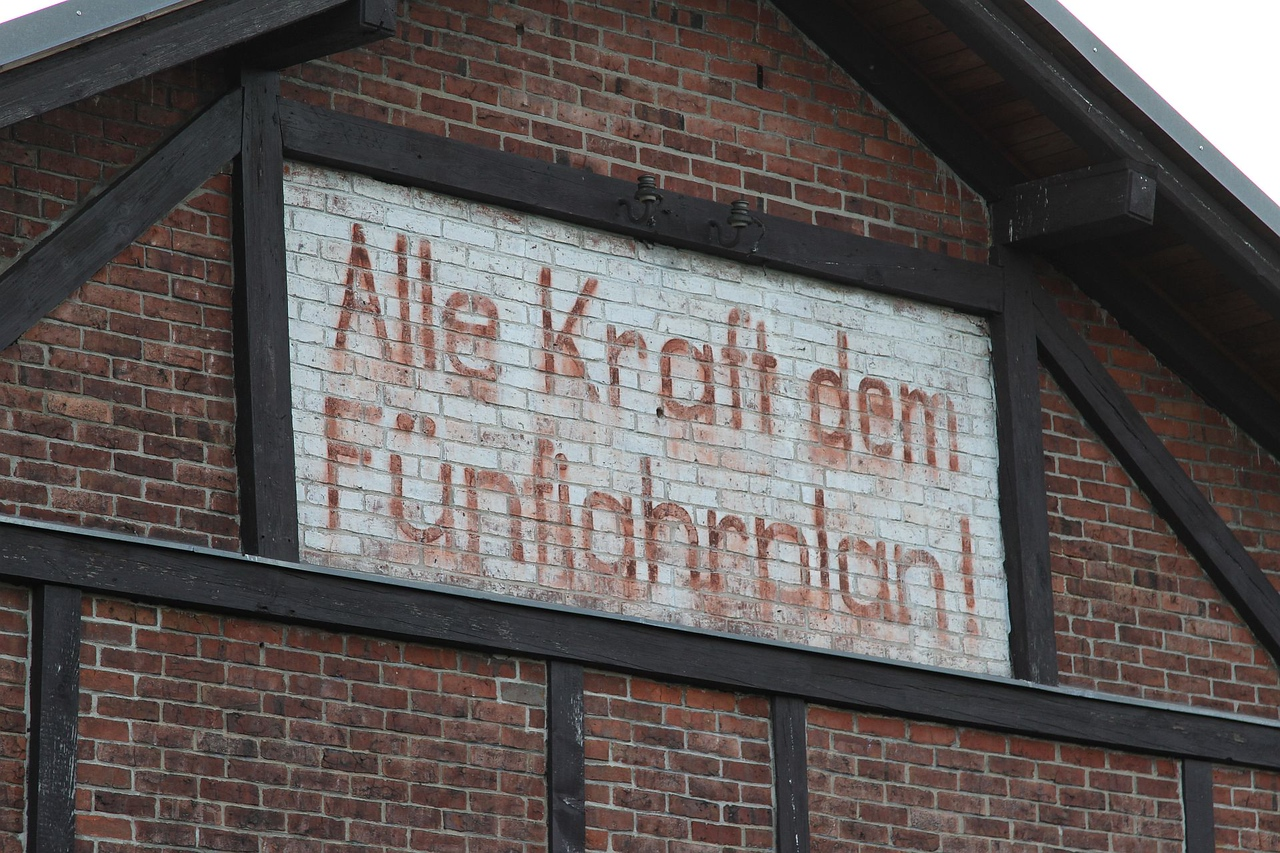 """Old DDR slogan (""""Give all your strength to the 5-year plan!"""") still survives on a goods shed at Bad Lausick (19.12.2015)."""