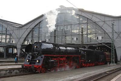 01 509 leaving Leipzig Hbf with DPE62150, 12.52 Leipzig Hbf - Dresden Hbf (via Döbeln Hbf) (19.12.2015).